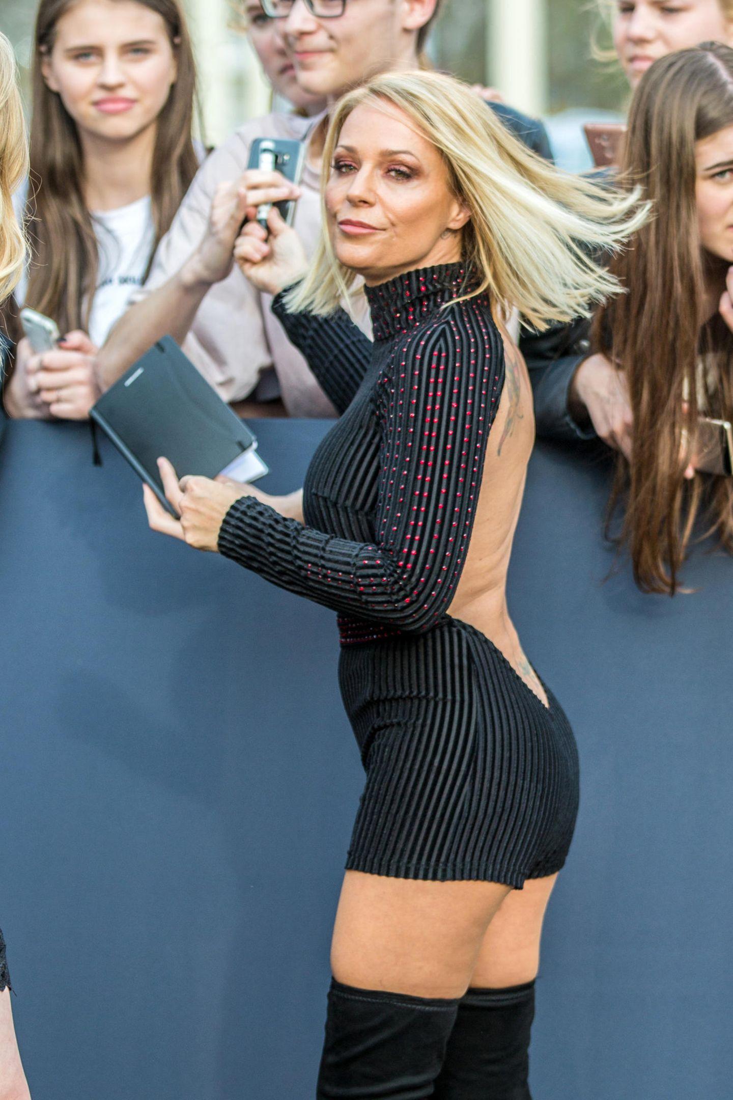 Im rückenfreien Mini-Dress und Overknees wagt sich Schlager-Star Michelle auf stylisches Glatteis.