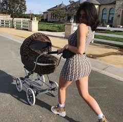 Mamma mia! Kylie Jenner stimmt ihren Kinderwagen auf ihr Luxus-Outfit ab. In einem hautengen Minikleid von Fendi schiebt sie Töchterchen Stormi in einem vom Fendi-Logo gezierten Kinderwagen durch einen Nobelstadtteil von Los Angeles. Wenn das Kleid schon um die 2.000 Euro kostet, wieviel kostet dann wohl der Kinderwagen?
