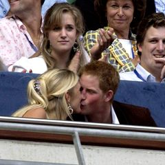 Der royalen Etikette zum Trotz küsst Harry seine Freundin Chelsy Davy  Harry wird 2007 während eines Konzerts beim Knutschen in der Öffentlichkeit abgelichtet - ein absolutes No-go für einen Royal.