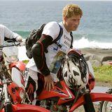 Er begeistert als schmutziger Motorrad-Hottie  Im Jahr 2008 nimmt Prinz Harry an der Enduro Motorrad-Rallye in Südafrika teil. Dabei entsteht dieser heiße dreckverschmierte Schnappschuss.