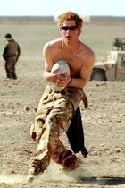 Muskel-Harry bring uns zum schwitzen  In Afghanistan lässt der Prinz während eines Rugbyspiels seine Muskeln spielen. Harry wird damals zwischen 2007 und 2008 in einem militärischen Stützpunkt stationiert.