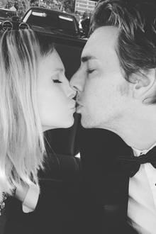 Anlässlich ihres fünften Hochzeitstages postet Kristen Bell dieses schöne Kuss-Foto mit Ehemann Dax Shepard.