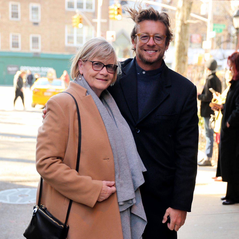 """Schauspieler Simon Baker unternimmt gerne etwas mit seiner Mutter Elizabeth Labberton und nimmt sie immer wieder mit zu Veranstaltungen. An diesem Abend besucht das Duo die Theateraufführung des Stücks """"""""Harry Clarke""""."""