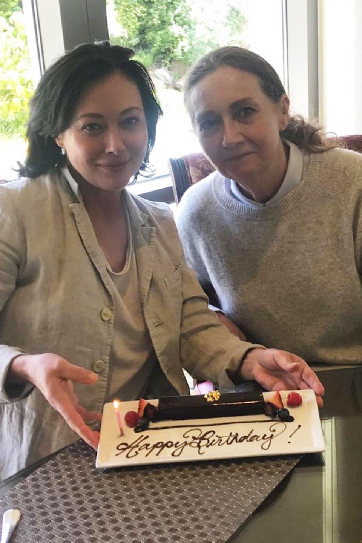 Auch in schweren Zeiten beim Kampf gegen den Krebs ist ihre Mutter immer an ihrer Seite und steht ihr bei. Daher ist es für Shannen Doherty selbstverständlich ihren Geburtstag mit ihrer Mutter Rosa zu feiern. Am Mutter-Tochter-Tag geht es erst ins Spa und dann zum gemeinsamen Lunch - inklusive kleinem Geburtstagsgruß für Shannen.