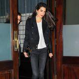 So rockig sehen wir Amal selten: Zu einem Abendtermin wählt die Schönheit eine Skinny Jeans mit zerissenen Säumen von R13 für knapp 450 Euro. Dazu kombiniert sie ein schlichtes, weißes Shirt und ein Blazer im Military-Stil.