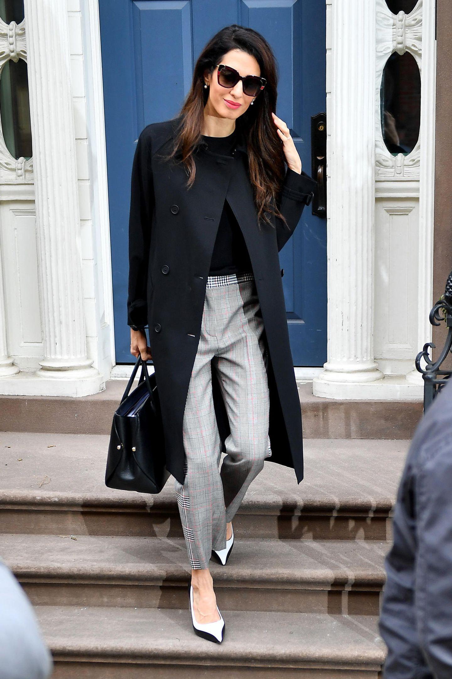 Amal kann es einfach nicht lassen: Ihre Looks sind stets teuer und luxuriös. Diese karierte Hose im Retro-Stil von Alexander McQueen ist mit knapp 795 Euro nur ein kleiner Teil des Gesamt-Looks.