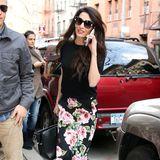 Flowerpower in der Luxus-Variante: Amal Clooney setzt in einem blumigen Midirock von Gucci ihren perfekten Körper in Szene.