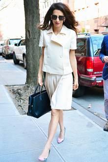 Ganz in Weiß: Amal Clooney weiß eben, wie man sich stilvoll kleidet und zeigt sich in diesem Look wieder einmal von ihrer besten Seite. Doch sie kann auch anders ...