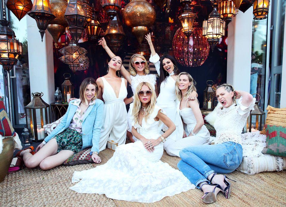 Whitney Port, Olivia Culpo, Paris Hilton, Victoria Justice, Rachel Zoe, Sara Foster und Erin Foster feiern den Auftakt des legendären Musikfestivals. Bis zum 22. April wird das Coachella Valley in Kalifornien zum absoluten Star-Magneten.