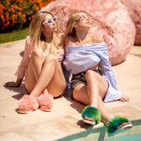 """Die Kaplan-Zwillinge Allie und Lexie entspannen beim """"UGG-Brunch"""" am Pool."""