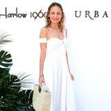 Nicole Richie hat sich für ein schlichtes weißes Kleid entschieden. Die Korbtasche ist ein absolutes Must-have in dieser Festival-Saison.
