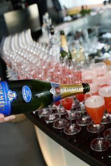 """Wer nicht gerade Sport macht, der gönnt sich einen """"GALA Fizz"""". Das Rezept: 20 ml Wodka, 10 ml Zitronensaft, 10 ml Erdbeer-Estragonsirup - auffüllen mit Pommery-Champagner. Lecker!"""
