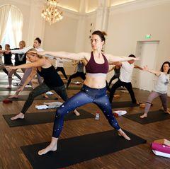 Namaste, Eva Padberg! Beim Yoga-Kurs mit Gabriela Bozic macht das Model eine tolle Figur.