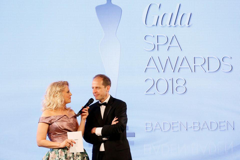 Zusammen mit Barbara Schöneberger eröffnet Stephan Schäfer (Chief Product Officer G+J) die 22. Verleihung der GALA SPA AWARDS.