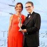 """Dermatologin Prof. Dr. Martina Kerscher übergibt Stephan Bösch die Trophäe in der Kategorie """"Spa Concepts"""" für The Lanesborough Club & Spa."""