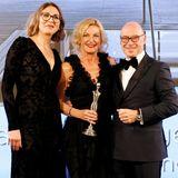 """So sehen Gewinner aus: In der Kategorie """"Medical & Health Concepts"""" dürfen sich Dr. Christian Harisch und Anita Lischke über den Preis für den Lanserhof Tegernsee freuen. GALA-Beautychefin Frie Kicherer (l.) überreicht den Preis."""