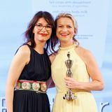 """Biotherm gewinnt in der Kategorie """"Cult Concepts"""" - Alma Lipa (r.) freut sich über die Auszeichnung, die ihr Ariane Häusler (GALA) überreicht."""