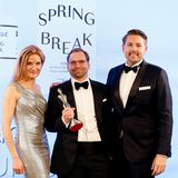 """Strahlende Gewinner: In der Kategorie """"Innovation Concepts"""" gewinnt Codage Paris. Patrick Mehrow (r.) und Christoph Broich mit Laudatorin Dr. med. Susanne Steinkraus."""