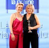 """Die erste Gewinnerin des Abends: Sandra Geissen nimmt den Preis für La Prairie in der Kategorie """"Luxury Concepts"""" entgegen. Hier zusammen mit Laudatorin und Jury-Mitglied Dr. Barbara Sturm (l.)."""