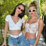 Zu hellen Jeans kombinieren Bella Hadid und Hailey Baldwin weiße bauchfreie Tops und farblich passende Accessoires.
