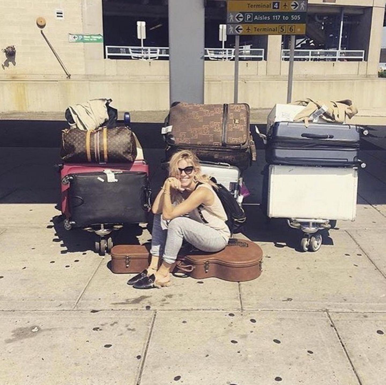 """It-Girl Sienna Miler reist stilecht mit """"Gucci"""", """"Burberry"""" und """"Prada""""."""