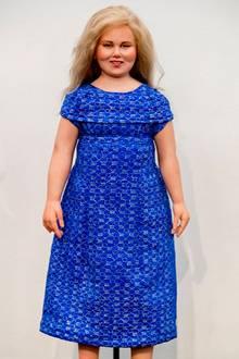 """Das arme Mädchen: Auf der """"Art Dolls Expo 2018"""" in Amsterdam wird neben Puppen von Queen Elizabeth oder Donald Trump auch ein Mini-me von Prinzessin Amalia ausgestellt. Das blaue Kleid ist dem Kleid vom Tag der Krönung ihres Vaters 2013 nachempfunden. Ob die Prinzessin ihr Ebenbild leiden mag ist fragwürdig."""