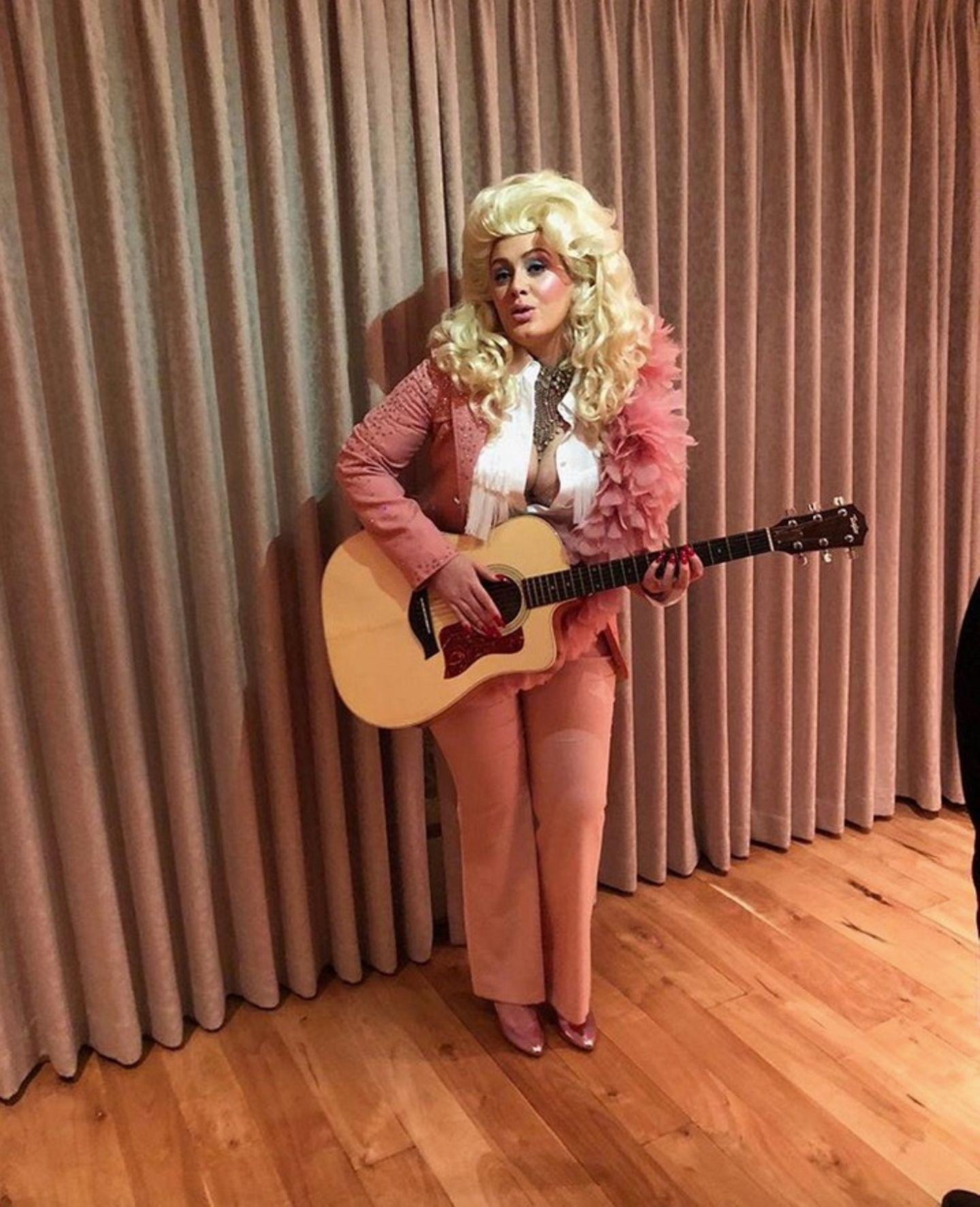 Erkennen Sie dieses Dolly-Parton-Double? In der Verkleidung steckt Sängerin Adele, die die Sängerin interpretiert.