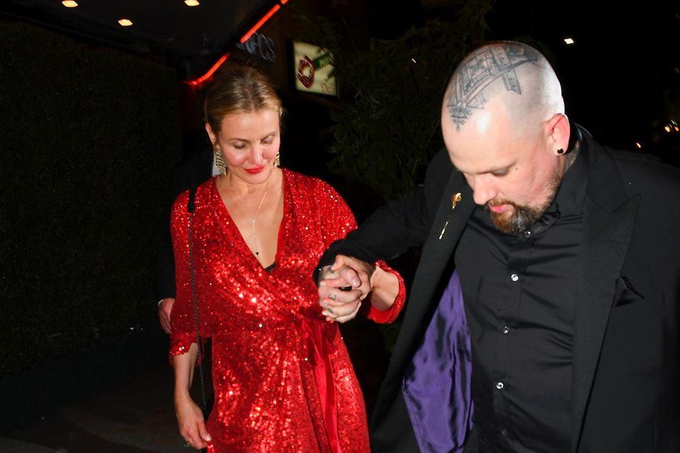 Benji Madden kümmert sich liebevoll um seine Frau Cameron Diaz. Der Blick auf ihren Bauch zeigt: Da könnte sich tatsächlich etwas wölben...