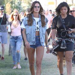 Auch Topmodels können lässig. Izabel Gourlat betritt das Festivalgelände in einem sexy Jeans-Outfit.