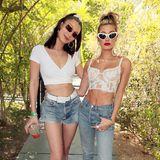 Sportlich und sexy präsentieren sich Bella Hadid und Hailey Baldwin in Weiß und Jeans bei der Coachella-Party von Levi's.