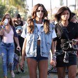 Knappe Jeans-Outfits mit weißen Sneakern sind in diesem Coachella-Jahr hoch im Trend, nicht nur Izabel Goulart.
