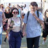 Auch eine interessante Mischung: Mileys kleine Schwester Noah Cyrus ziegt sich in BH und Nadelstreifen-Hose. Aber besonders auf einem Festival kann ja jeder tragen, was er möchte.