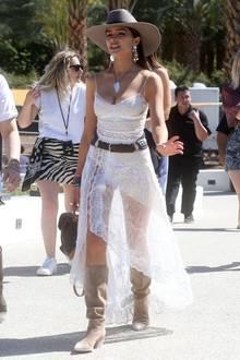 Wie vorher von ihr auf Instagram angekündigt, gibt sich Olivia Culpo beim diesjährigen Coachella-Festival in weißen Spitzenkleider ganz verträumt.