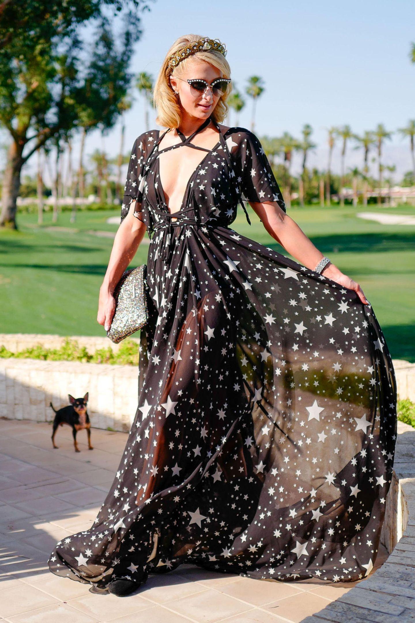 Paris Hilton zeigt auch auf dem diesjährigen Coachella-Festival ihre Vorliebe für romantisch-verspielte Maxikleider.
