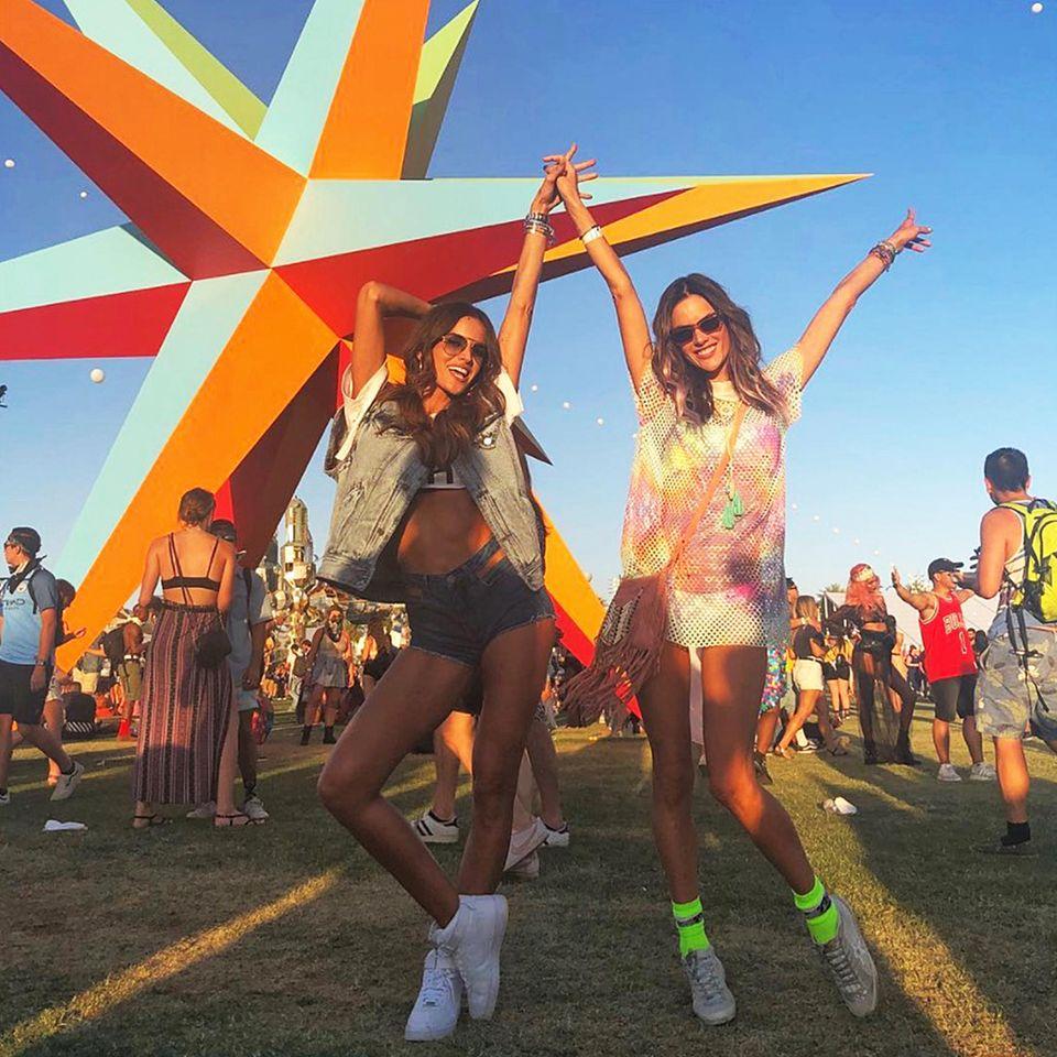 Sommer, Sonne, Supermodels: Izabel Goulart und Alessandra Ambrosio feiern ihren zweiten Coachella-Tag gemeinsam und ausgelassen.