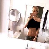 """Shirt hoch, posieren, abgedrückt. Alena Fritz postet auf Instagram ein Mirror-Selfie, das unter ihren Followern zur Diskussion anregt. Will sie uns hier ihren flachen After-Baby-Bauch zeigen? Fischt sie nach Komplimenten? Das Model rudert zurück. """"Ich hatte keine solcherlei Intention, sondern ehrlich gesagt gar keine"""", beantwortet sie die Fragen ihrer Fans. Komplimente gibt es dennoch vielen."""