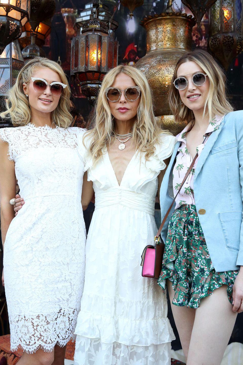 Coachella geht auch elegant. Paris Hilton, Rachel Zoe und Whitney Port rocken das Festival in verspielten Kleidern.