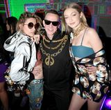 """Auf der """"Moschino x H&M Desert Party"""" des Coachella-Festivals feiern Paris Jackson und Gigi Hadid mit Designer Jeremy Scott in wilden Space-Outfts."""