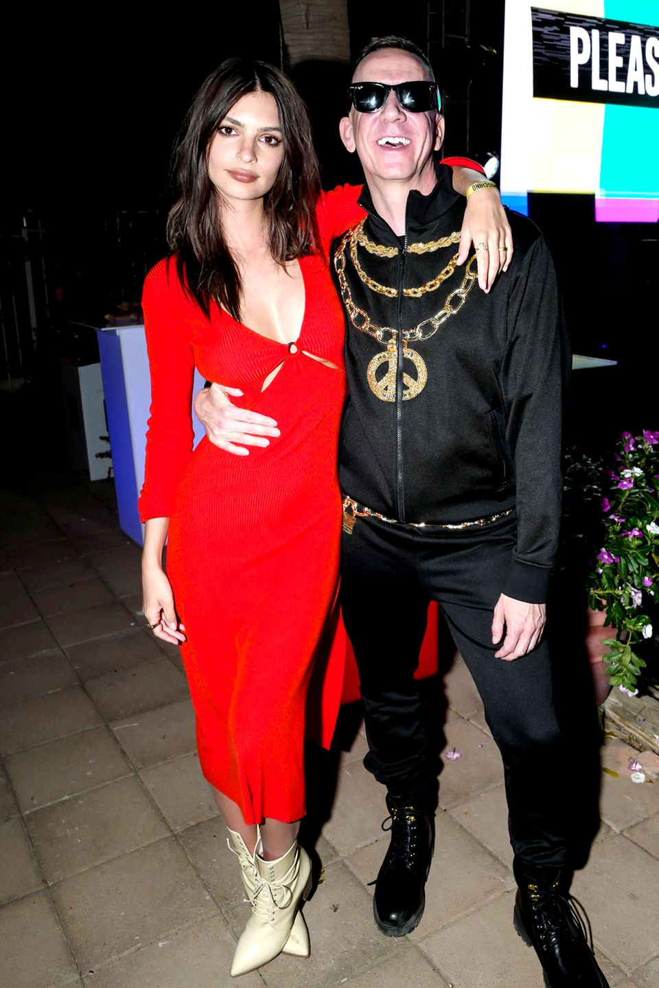 Auch Emily Ratajkowski erscheint in einem sexy roten Kleid bei der Moschino X H&M Party und posiert mit dem Designer Jeremy Scott.
