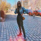 Ihre schmale Körpermitte betont Stefanie Giesinger ganz gekonnt und ziemlich lässig: Ihre Bomberjacke ist kurz, ihre Hose sitzt tailliert. Jetzt fehlen nur noch coole Accessoires wie eine Mini-Bag von MCM und derbe Boots und der Look steht.