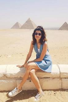 15. April 2018  Marie Nasemann post vor einem der sieben Weltwunder, den Pyramiden von Gizeh.