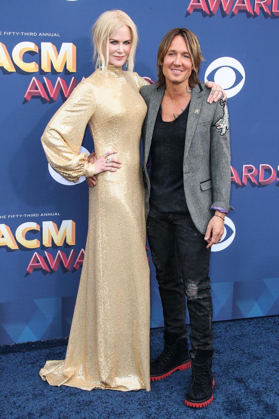 Im goldenen Pailletten-Kleid von Michael Kors Collection überragt Nicole Kidman ihren Mann Keith Urban nicht nur, sondern überstrahlt ihn auch.