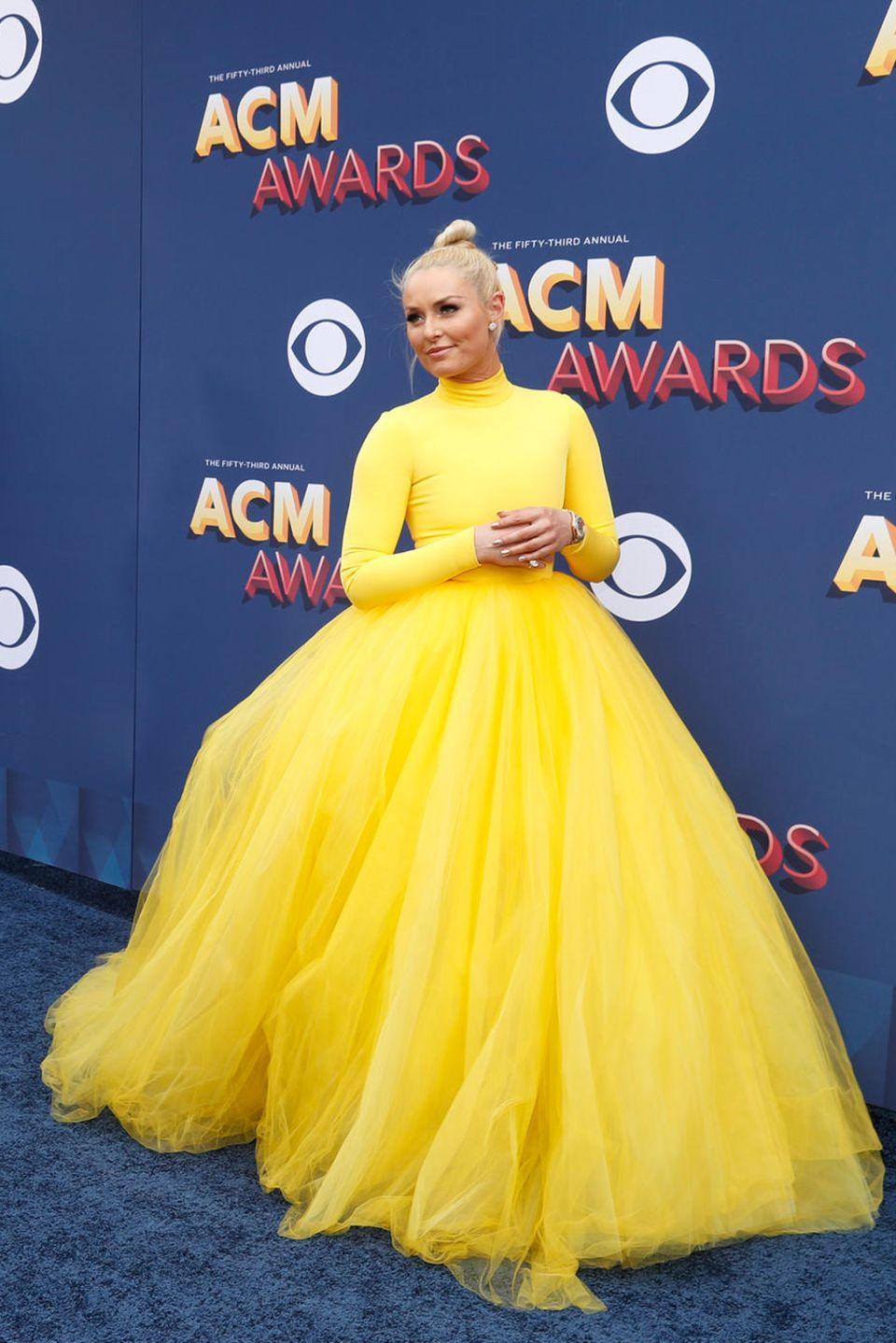 Ski-Star Lindsey Vonn ist im leuchtend gelben Tüllkleid DER Hingucker der Academy of Country Music Awards. Interessanter wird der sonnige Look aber noch unter dem Rock...