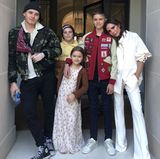 Zum 44. Geburtstag von Victoria versammelt sich Familie Beckham für ein Foto: Während Victoria wieder einmal in ihren eigenen klassischen Designs posiert, bestechen ihre drei Söhne, Brooklyn, Cruz und Romeo (v.l.n.r.) eher durch lässig-sommerliche Styles. Auch Töchterchen Harper läutet in einem geblümten Maxidress den Frühling ein.