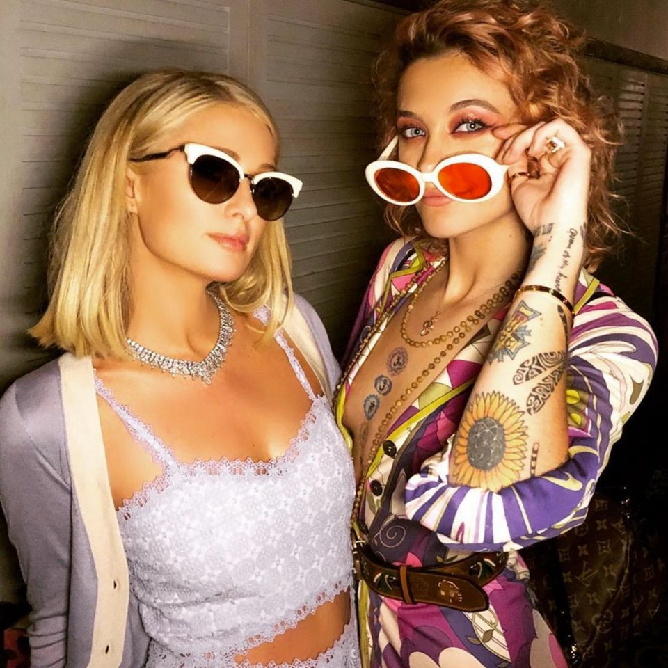 Die Namensschwestern Paris Hilton uns Paris Jackson posen gemeinsam für ein Geburtstags-Selfie zu Paris Jacksons 20. Geburtstages.