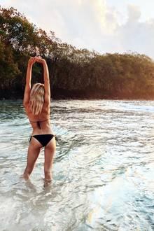 Topmodel Lena Gercke shootet beim Sonnenuntergang auf Bali ihre Bikini-Kollektion. Es gibt definitiv schlechtere Arbeitsplätze.