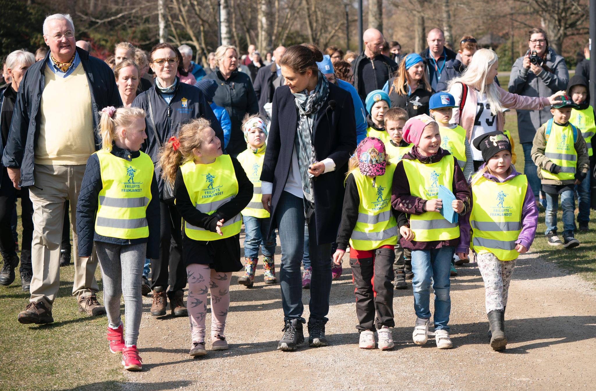 Viele Kinder begleiten Prinzessin Victoria bei ihrer Wanderung durch Blekinge.