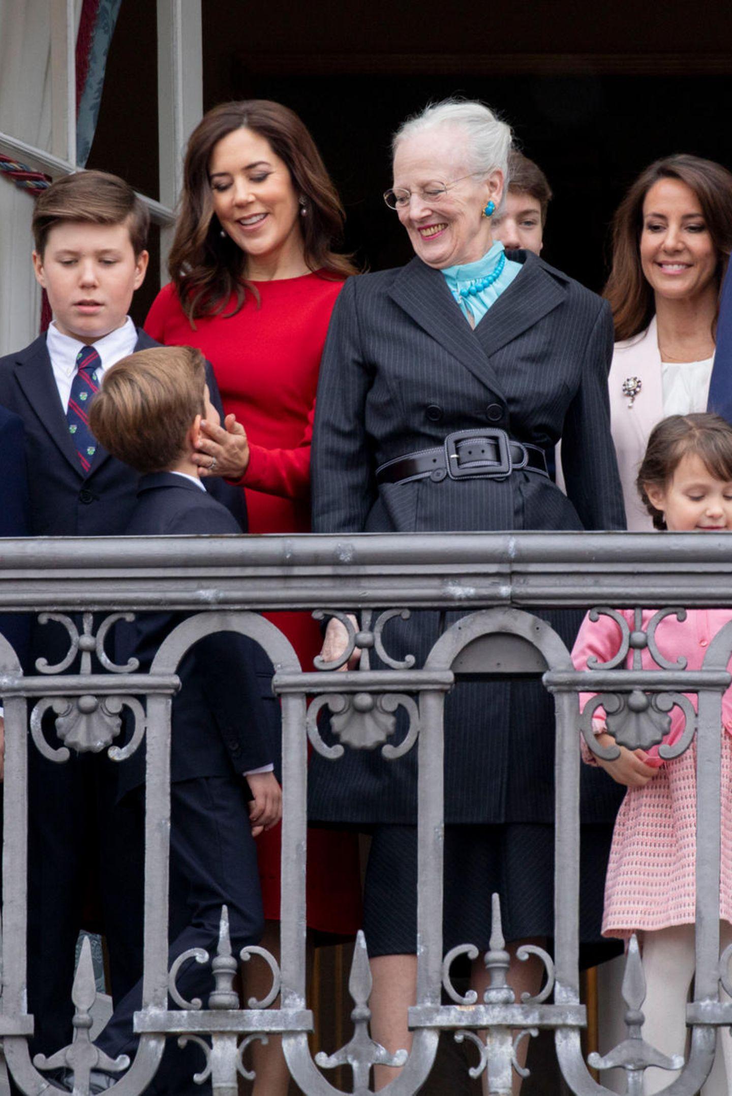 16. April 2018  Anlässlich des 78. Geburtstages von Königin Margrethe präsentiert sich die gesamte dänische Königsfamilie auf dem Balkon des Christian IX Palais auf Schloss Amalienburg in Kopenhagen.