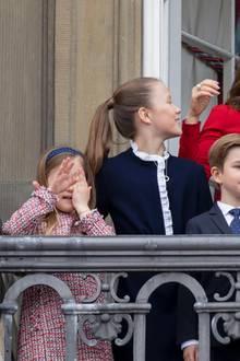 16. April 2018  Die kleine Prinzessin Josephine ist bei Zeremonie auf dem Balkon die ganze Zeit am Herumalbern. Ständig hält sie sich mit den kleinen Händchen die Augen oder lacht aufgedreht. Im Gegensatz zu ihren Brüdern Prinz Vincent und Prinz Christian die brav vom Balkon winken.