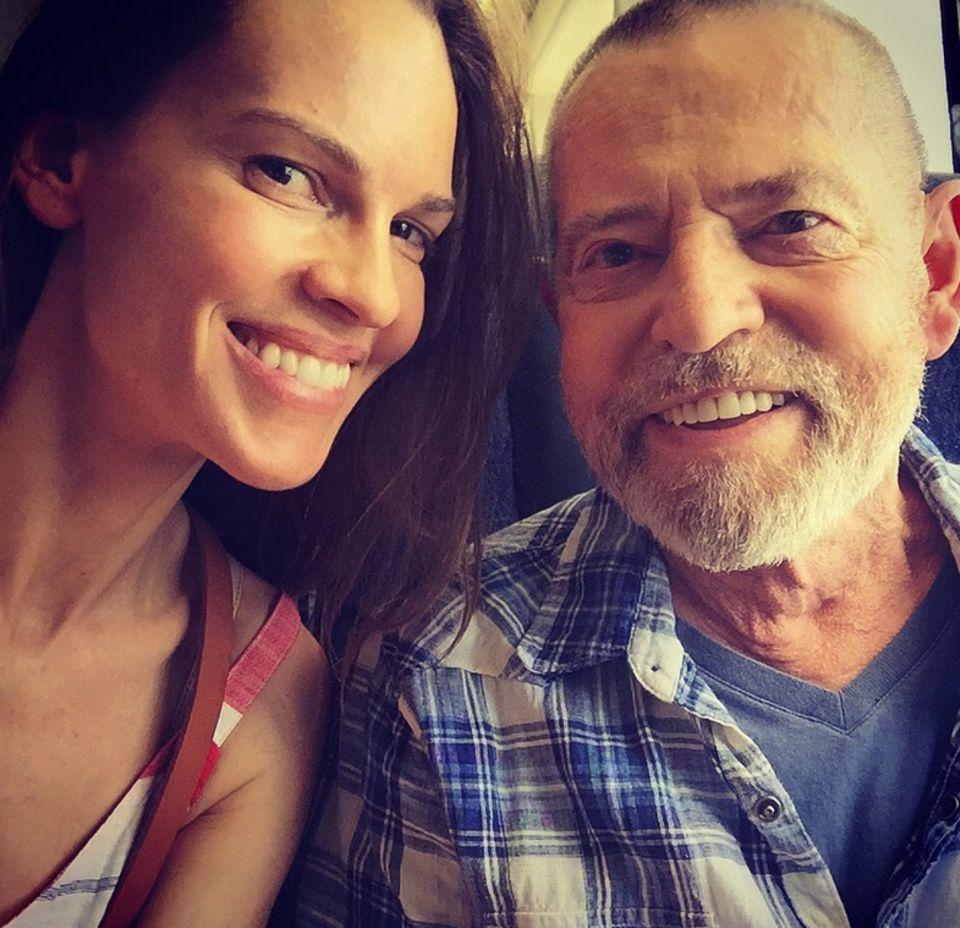 """Zu seinem 70. Geburtstag gratuliert Hilary Swank ihrem Vater Stephan Michael Swank mit den Zeilen:""""Alles Gute zum 70. Geburtstag meines lieben Vaters. Seine Stärke, sein Mut und seine Freundlichkeit inspirieren mich darüber hinaus. Ich liebe dich mehr als du jemals wissen würdest."""" Hach...."""